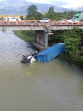 Chofer sale ileson al caer patana en río Yuna de Bonao