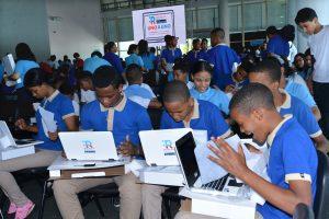 Ministro de Educación participa en entrega de 22 mil de 300 mil laptops que serán distribuidas a nivel nacional a estudiantes de Secundaria