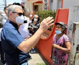 Gonzalo Castillo reconstruye vivienda a envejeciente que vive en extrema pobreza en Santiago