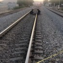 Tren parte a migrante en dos