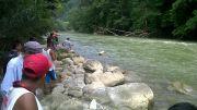 Niña cayó a río en la Sierra Negra, aun no la encuentran