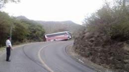Autobús se sale de carretera con pasajeros a bordo