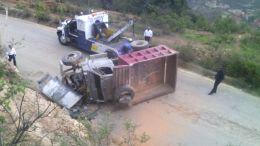 Camión de volteo volcó en la Sierra Negra