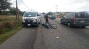 Combi de transporte público arrolló a motociclista