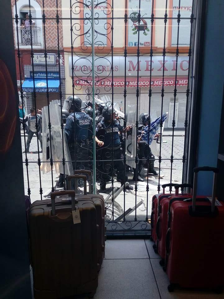 Enfrentamiento entre policías y comerciantes en la capital poblana