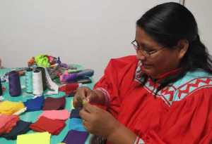 #Chihuahua  Mujeres Taraumaras elaboran cubrebocas para prevenir Covid-19