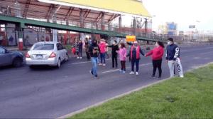 Vecinos de Ecatepec bloquean Av. Central ante desastre en vacunación