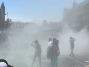 Con gases lacrimógenos reciben a feministas en Palacio Nacional