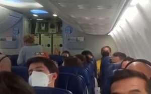 Insultan a AMLO al bajar de avión