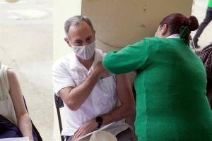 Se vacuna López-Gatell