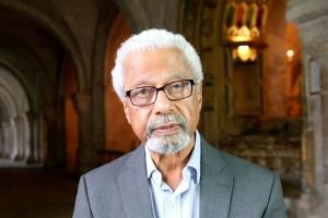 Otorgan Nobel de Literatura al tanzano Abdulrazak Gurnah