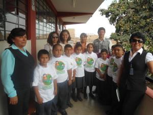 """Estudiantes con su polo distintivo de la Campaña """"Aprende saludable"""" junto a las autoridades, en el lanzamiento de este importante programa."""