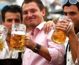 Comprobado científicamente con 10 copas los hombres sienten atracción por otros hombres