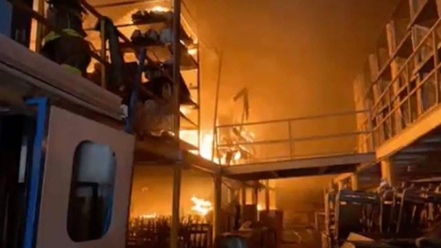 Bomberos de Tlalnepantla combaten incendio en empresa de la Colonia Barrientos (Twitter: @Gob_Tlalne)