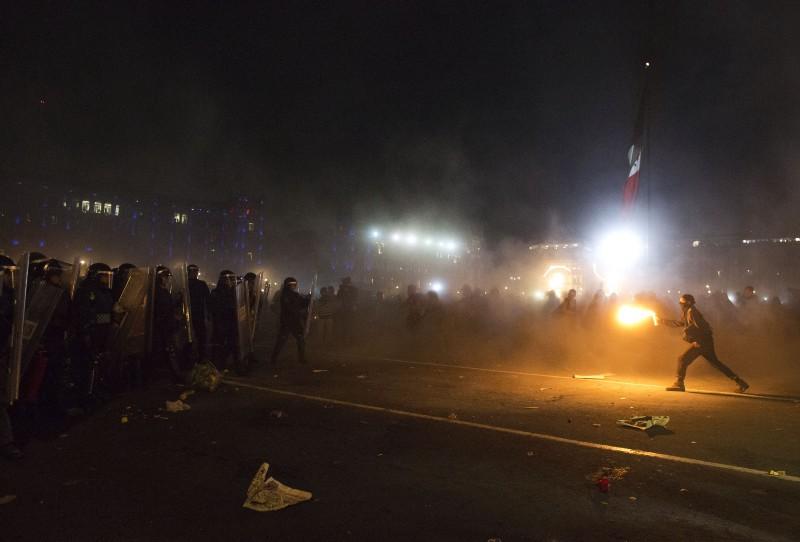Manifestante en protesta por la desaparición de los 43 estudiantes en el zócalo capitalino.