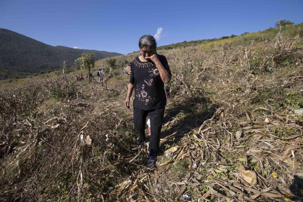 Una mujer busca fosas clandestinas. Junto con otros familiares de los desaparecidos y miembros de organizaciones, se hicieron recorridos para encontrar los restos de los 43 normalistas.