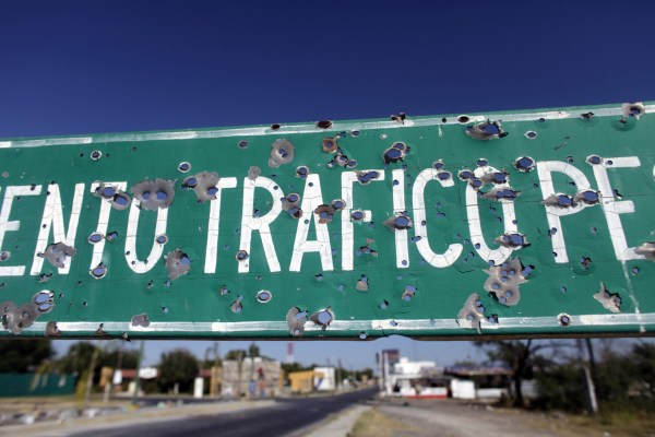 Una señalización de tránsito destruida por balas en Ciudad Mier, Tamaulipas.