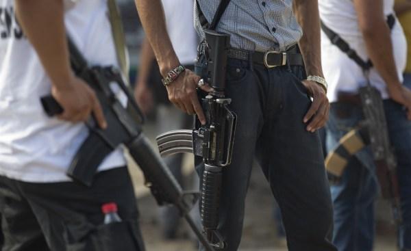 Autodefensas de Michoacán armadas hacen guardia.