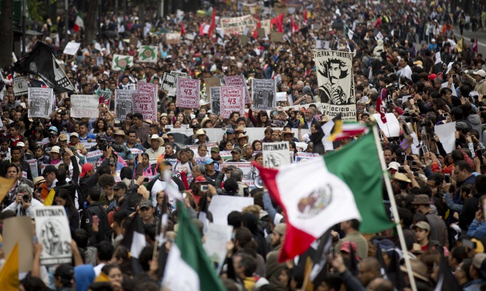 Protesta en Paseo de la Reforma, Ciudad de México tras un año de la desaparición de los 43 estudiantes de Ayotzinapa.
