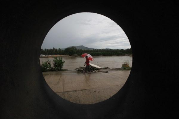 Un hombre camina en Coyuca, Guerrero cuando el huracán Manuel se tranquilizaba.