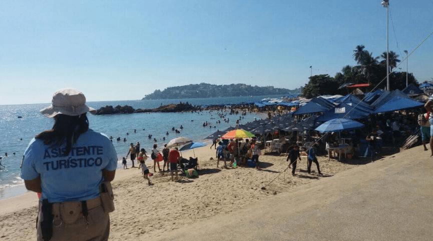 Turistas nacionales y extranjeros, acudieron a las playas para recargar energías y continuar disfrutando de las vacaciones en Acapulco, Guerrero