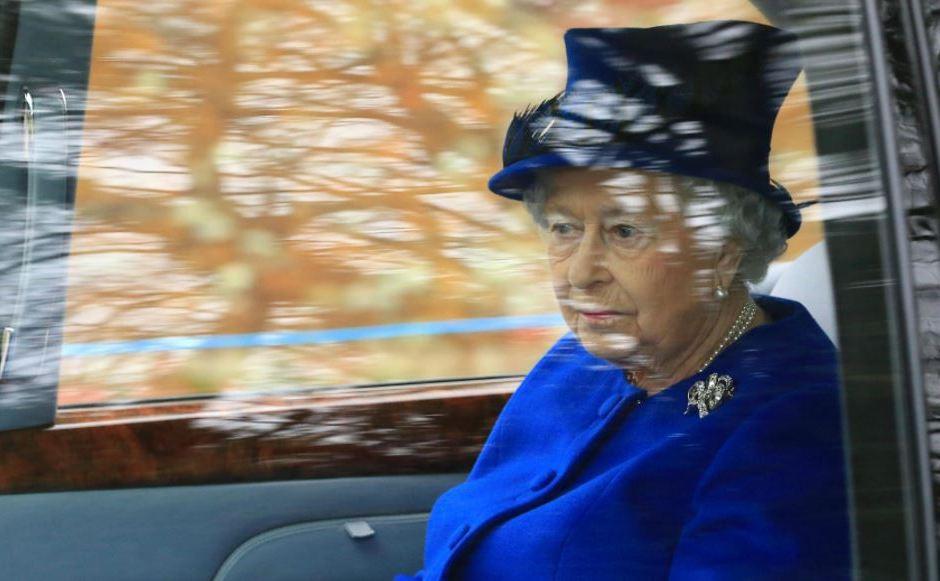 Reina Isabel II no planea ceder su lugar a su hijo Carlos