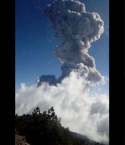 Volcán de Colima registra fumarola de 4 mil metros