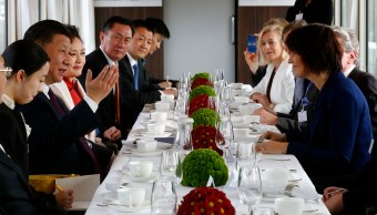 El presidente chino Xi Jinping frente a la presidenta suiza, Doris Leuthard, durante una reunión en Berna, Suiza (AP)