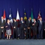Líderes de los países de la Asociación Transpacífico en Manila, Filipinas, posan para la foto oficial de la cumbre de Cooperación Económica (18 noviembre 2015) (AP)