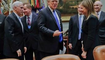 El presidente de EU, Donald Trump y la directora general de GM, Mary Barra, durante una reunión con los líderes automotrices de EU en la Casa Blanca (AP)
