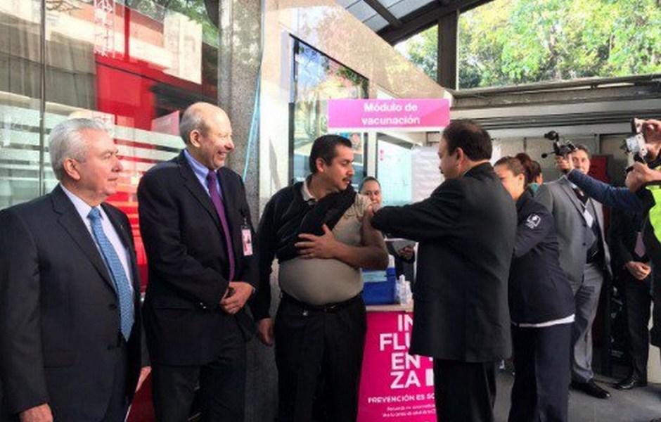 El secretario de Salud de la CDMX aplica vacunas contra la influenza en estación La Piedad del Metrobús. (Twitter/ @A_Ahued)