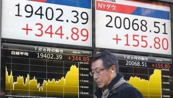 Tablero electrónico de la Bolsa de Tokio muestra la cotización del Nikkei (Getty Images)