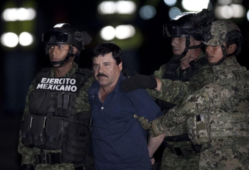 Soldados mexicanos escoltan a Joaquín Guzmán Loera a un helicóptero.
