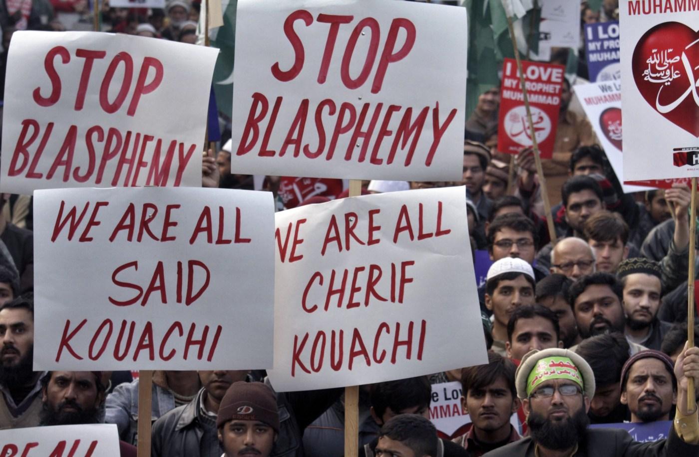 Miembros del partido Jamaat-e-Islami de Pakistán protestan contra Charlie Hebdo con pancartas con los nombres de los atacantes que mataron a 12 personas en las oficinas de la redacción.