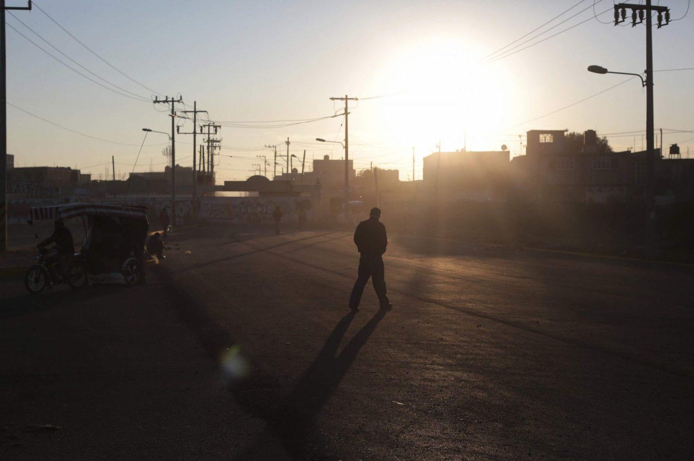 Persona camina en Ecatepec.