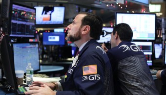 Operador de la Bolsa de Nueva York en el inicio de la jornada bursátil (Getty Images)