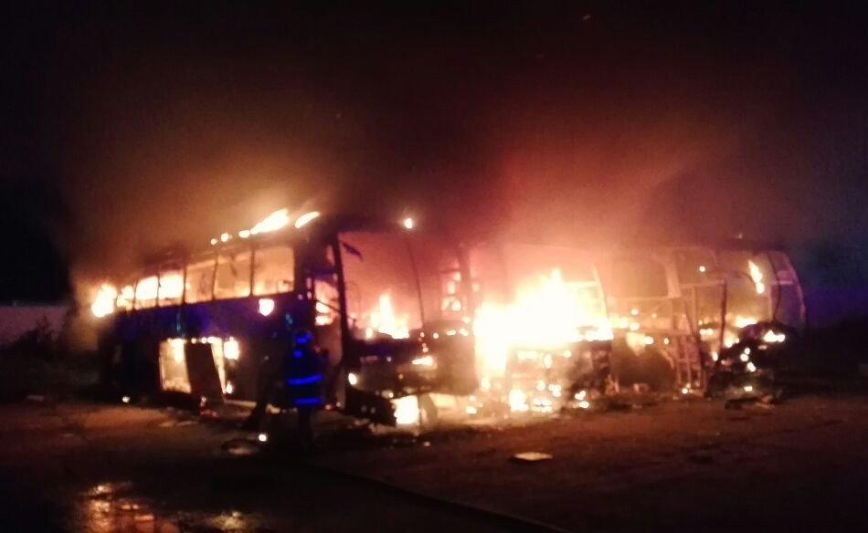 Incendio afecta camiones de pasajeros en Central Camionera de Coatzacoalcos, Veracruz