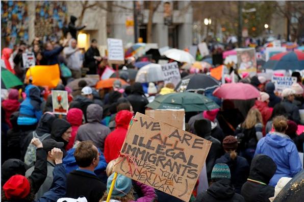 Miles protestan en la ciudad de San Francisco contra el presidente de Estados Unidos, Donald Trump.