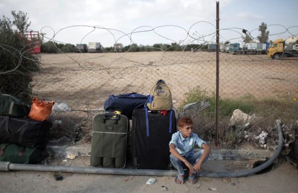 Un niño palestino espera cruzar la frontera a Egipto por el paso de Rafah desde el sur de la Franja de Gaza
