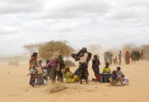 Refugiados somalíes llegan a un campo de proceso de la ONU en Dadaab, Kenia, a 100 kilómetros de la frontera con Somalia