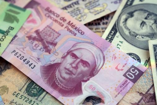 Muestra de billetes mexicanos y dólares americanos (Getty Images)