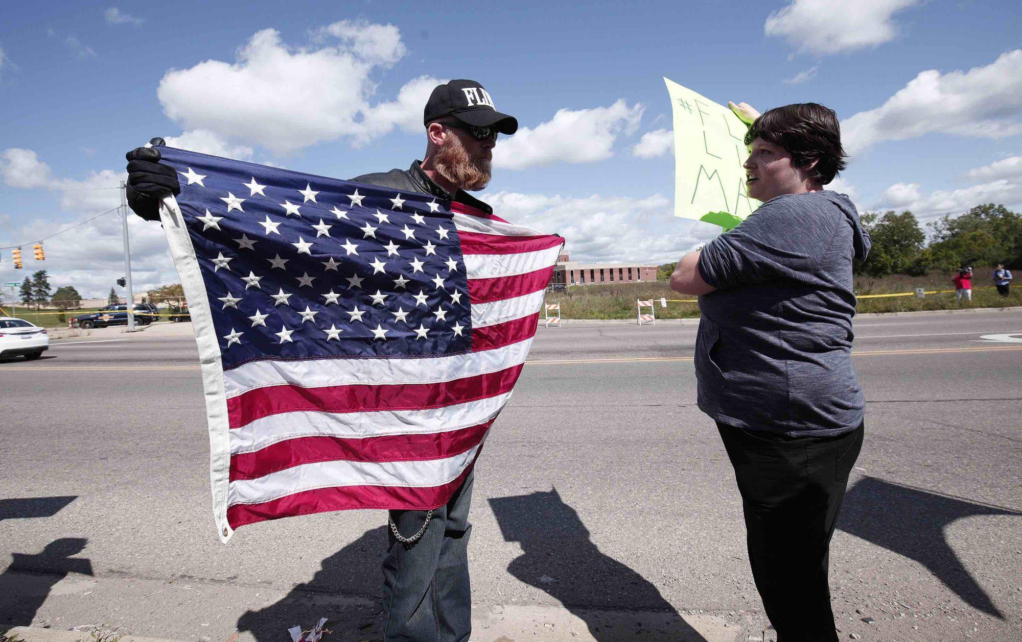 Discusión entre partidario de Trump (izquierda) contra manifestante anti-Trump (derecha).