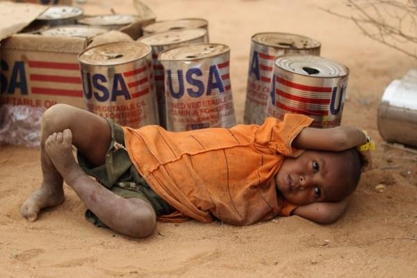 Latones de aceite vegetal provenientes de Estados Unidos en un campo de refugio en Somalia