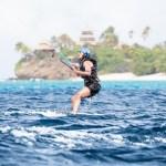 Obama practica kitesurf, que es un deporte extremo de deslizamiento sobre el agua en el que el viento propulsa una cometa de tracción (kite, en inglés) unida al cuerpo mediante un arnés. (Reuters)