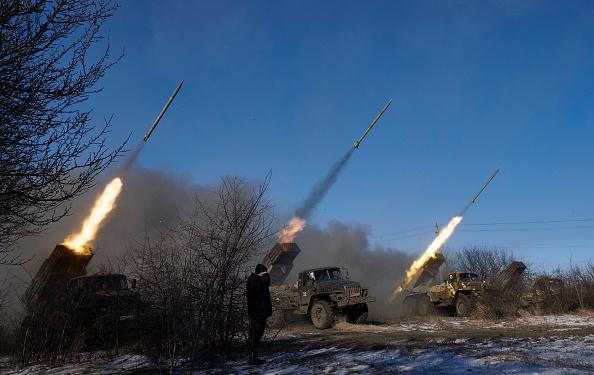 Rebeldes pro-rusos disparan cohetes de la artillería del graduado hacia Debaltseve, cerca de Vuglegirsk, Ucrania. (Getty Images/archivo)