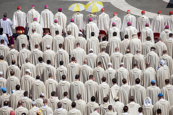 Religiosos católicos; el Vaticano admite que más de dos mil religiosos cuelgan los hábitos al año. (Getty Images, archivo)