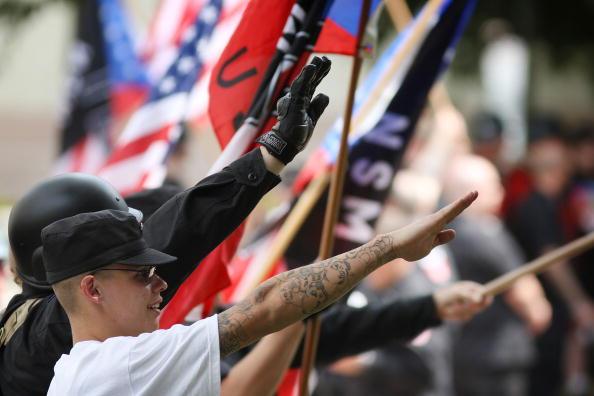 Miembros del Movimiento Nacional Socialista (NSM) se reúnen cerca del Ayuntamiento en Los Ángeles, California durante una manifestación contra la inmigración ilegal. (Getty Images)