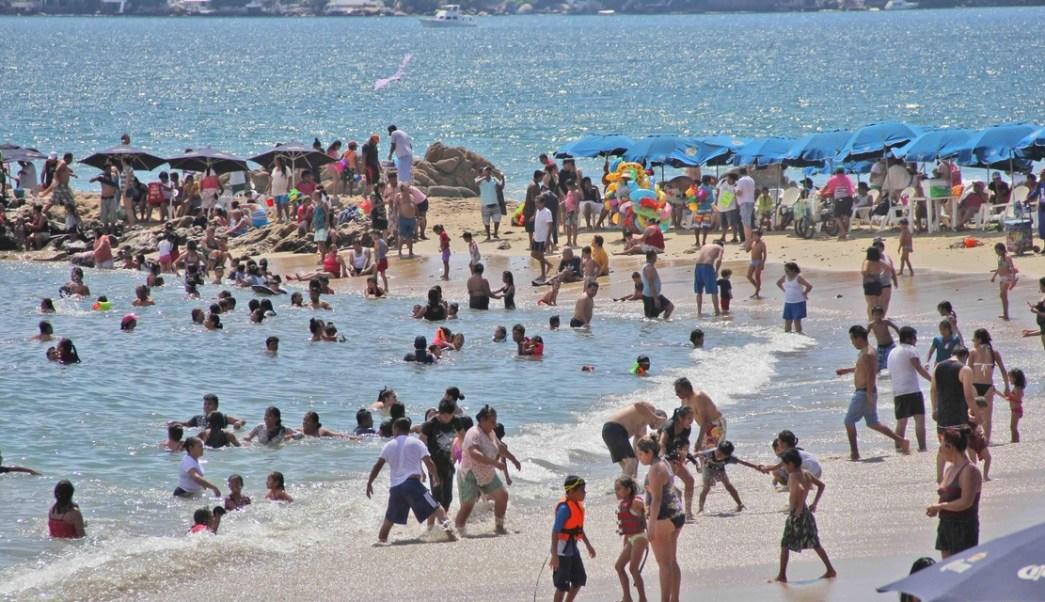 Turistas en el puerto de Acapulco, Guerrero.