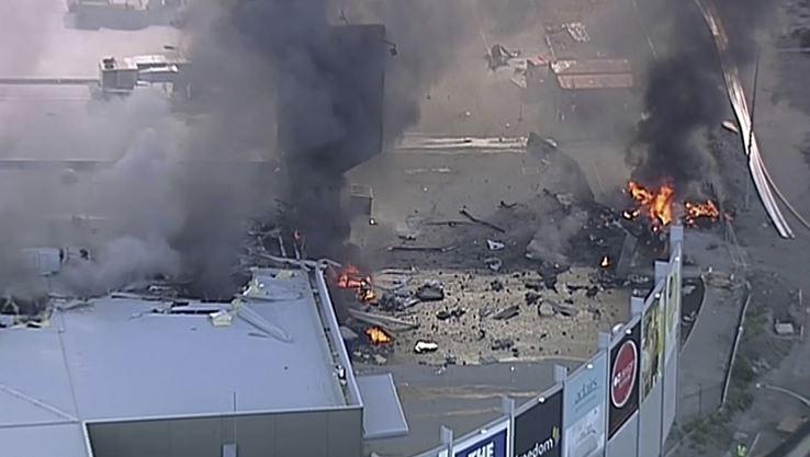 El avión se precipitó e incendió sobre un centro comercial en Melbourne. (AP)