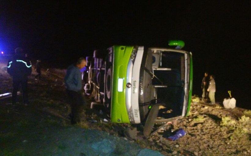 Autoridades de Argentina investigan la volcadura de un autobús de pasajeros que viajaba desde Mendoza (Argentina) hacia Chile (Twitter @dngonzalo)